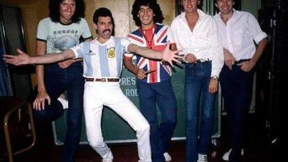 Una de las mejores fotos de la historia. Freddy Mercury con la camiseta de Argentina y Diego Armano Maradona con la del Reino Unido.