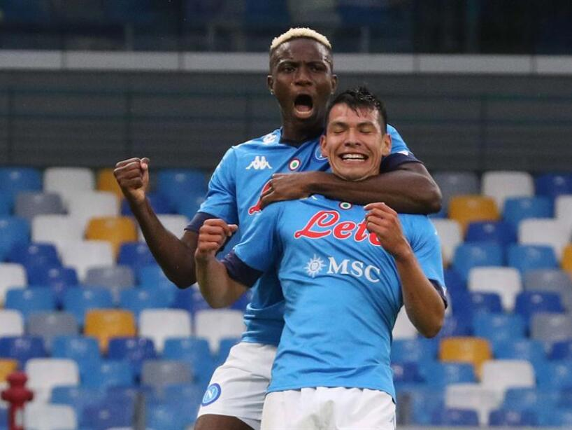 Hirving Lozano abrazado con playera azul