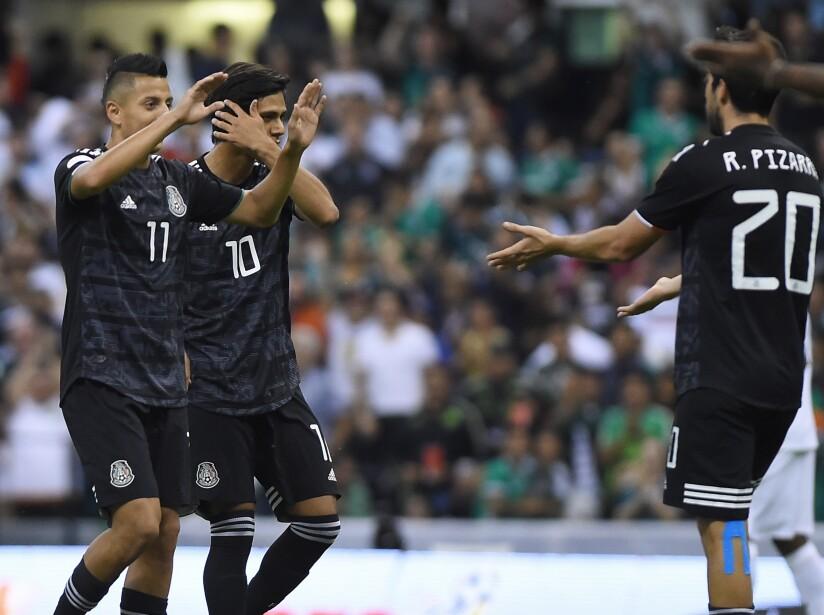 Con goles de Alvarado, Macías y Pizarro, México se llevó tres puntos del Estadio Azteca.