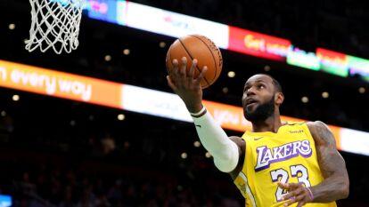 LeBron James rebasó a Kobe Bryant y se coloca en tercera posición con 33,655 puntos.<br />