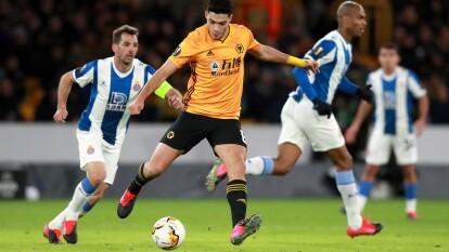 Los Wolves de Raúl golearon; el Porto y el Ajax cayeron en los encuentros de ida en la Europa League. | Wolves 4-0 Espanyol. Raúl Jiménez inició el encuentro y salió al 75'. Diogo Jota marcó en tres ocasiones y Rúben Neves (52') también hizo anotó en la goliza.