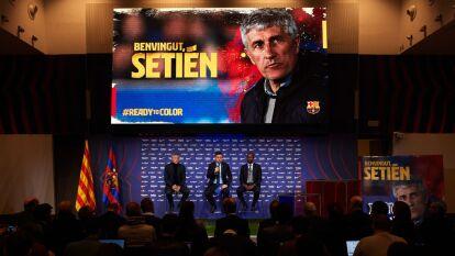 Junto a Josep María Bartomeu y Eric Abidal, directivos del Barça, Quique Setién fue presentado, en conferencia de prensa, como nuevo entrenador hasta el 2022.