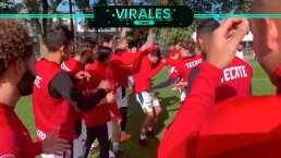 Chivas felicita a Oribe por su cumpleaños con 'fila india'