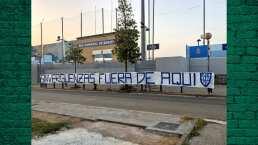 Aficionados del Espanyol ponen mantas en instalaciones