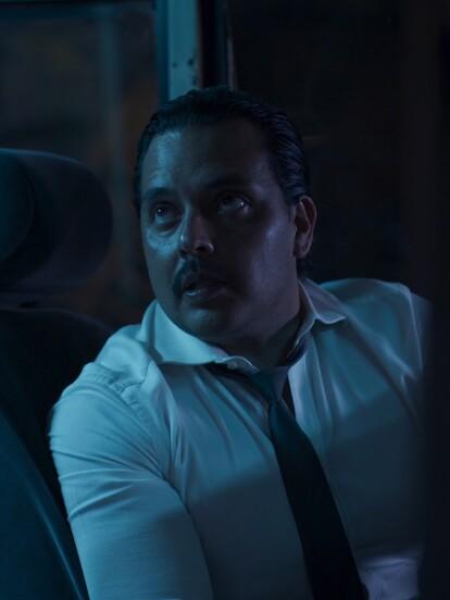 'Santiago', un chofer de microbus, se detiene para que 'Montserrat' se suba y pueda echarle 'un ojo'.