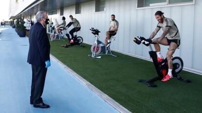 Florentino Pérez visitó al equipo mientras entrenaba, aprovechó para charlar con algunos jugadores y con el entrenador Zinedine Zidane.