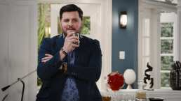 Carlos necesita casarse para obtener la herencia de su padre, ¿quién aceptará una boda express?