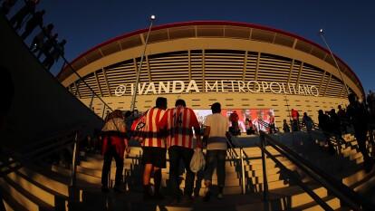 Cae la tarde y el Wanda Metropolitano recibe a miles de aficionados colchoneros.
