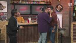 ¡Paul Stanley y Manu Nna se dan un beso en la boca jugando semana inglesa!