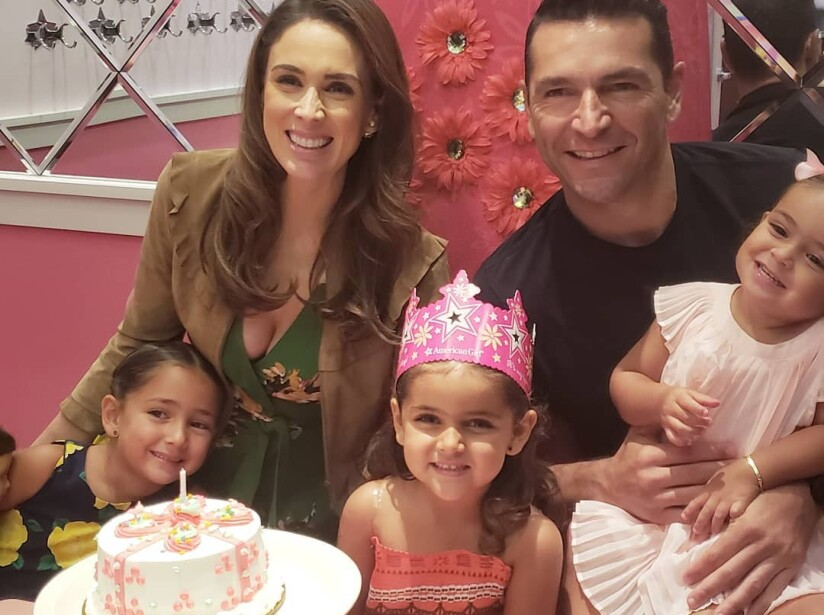 La conductora Jacqueline Bracamontes anunció que espera gemelos.