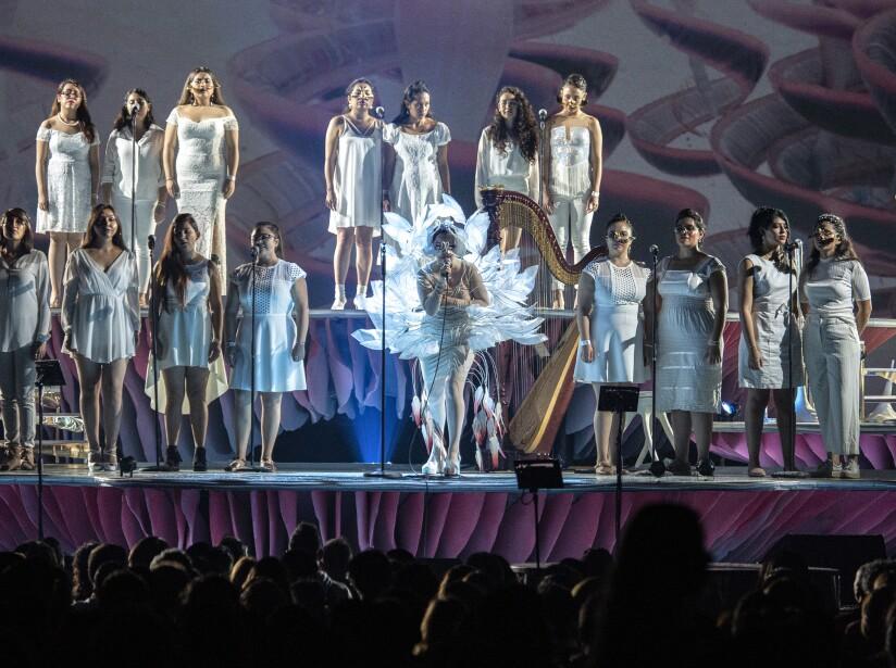 Björk sumerge al público con un concierto