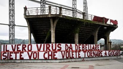 Fanáticos del Torino desplegaron pancartas de rechazo del regreso del futbol a Italia en medio de pandemia.