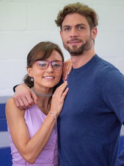 Angelique Boyer y Horacio Pancheri dan vida a 'Renata' y 'Alonso', una pareja que se conoce desde muy joven y que juntos enfrentan diversas adversidades.