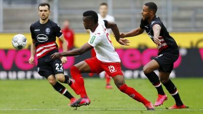 En un partido de locos el Fortuna Düsseldorf perdió la ventaja de dos goles y se dejó empatar por el Colonia 2-2 en los últimos dos minutos de partido.