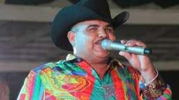 Chuy Lizárraga recibe de regalo una bolsa de chicharrones en pleno concierto