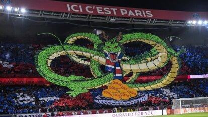 Tifo del dragon de Dragon Ball con las esferas del dragón, presentado por el Paris Saint Germain.
