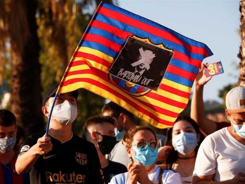Aficionados del BArcelona afuera del Camp Nou (EFE) (5).jpg