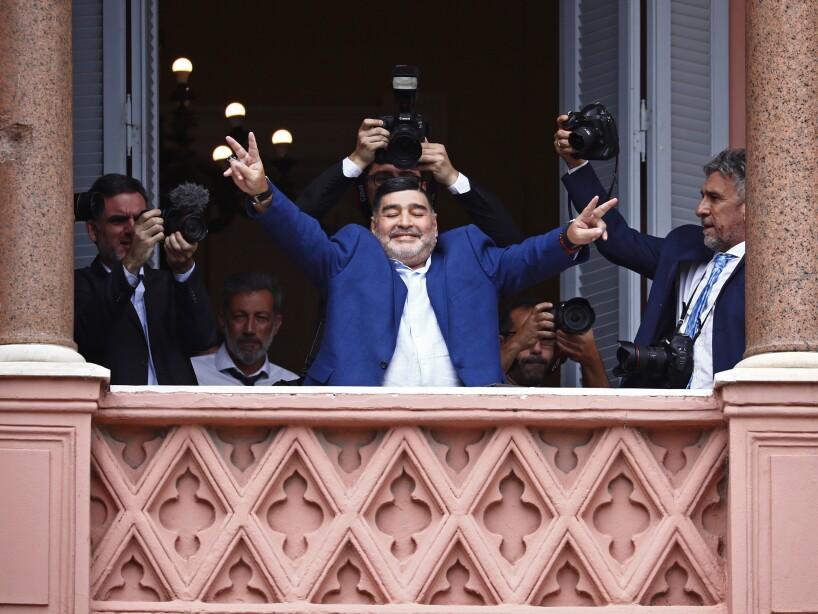 Diego Armando Maradona con los brazos abiertos