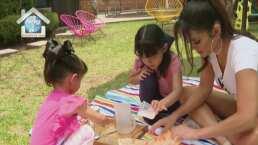 Marisol González le enseña a sus hijas a crear toallitas desinfectantes para limpiar sus juguetes