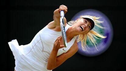La rusa Maria Sharapova sirviendo ante Laura Robson en 2011.