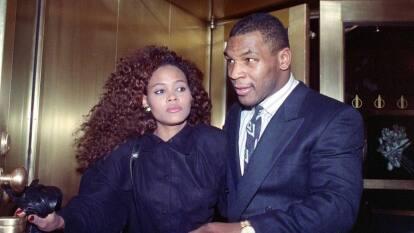 Estuvo casado con la actriz Robin Givens un año, pero no todo fue miel sobre hojuelas, pues hubo alegaciones de violencia doméstica e inestabilidad mental por parte de Tyson. Givens describe el matrimonio como el mismo infierno.