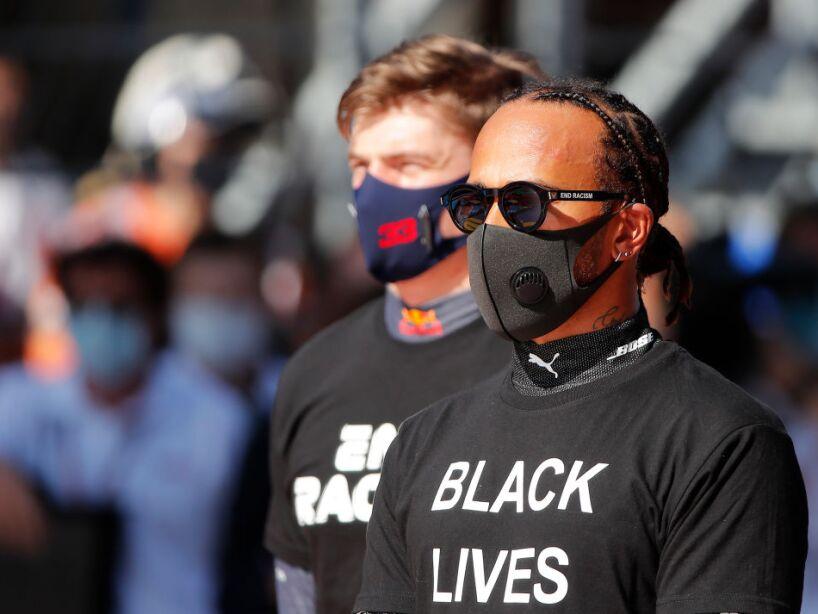 Lewis Hamilton con cubrebocas y lentes oscuros