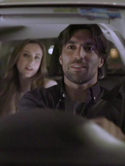 """En """"Diseñando tu Amor"""", """"Helena"""" (Ana Belena) y """"Héctor"""" (Osvaldo de León) unen sus caminos en el momento en el que ella, al ver disponible su taxi, se sube para que la lleve a su hogar."""