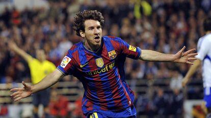 En la temporada 2009-10 Lionel Messi marcó tres goles, contra el Zaragoza en La Romareda, dos fueron una joya y uno maravilló a propios y extraños. Hoy se cumplen 10 años de aquella exhibición y aquí te recordamos lo que hizo el 10.