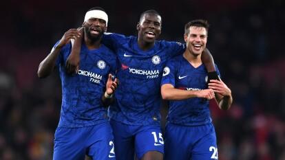 Arsenal cayó ante Chelsea 2-1 y llegan a 24 unidades, mientras que los de Lampard ya acumulan 35 puntos. Aubameyang (13') abrió el marcador. Jorge Luiz Frello (83') y Tammy Abraham (87') anotaron por los visitantes.
