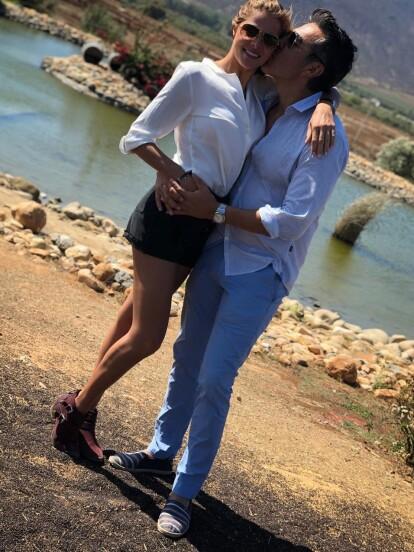 Adrián Uribe le entregó el anillo de compromiso a Thuany Martins a pocas semanas de haber cumplido un año de novios. Conoce aquí la historia de amor de la pareja.