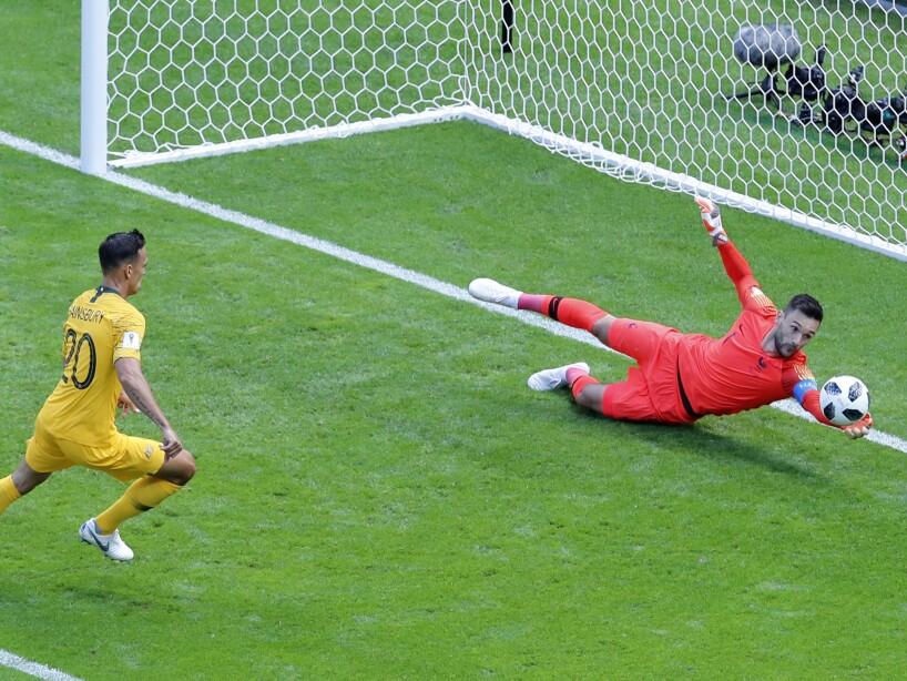 Hugo Lloris evita el gol de Australia
