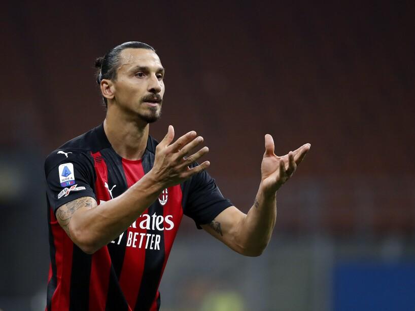 Zlatan Ibrahimovic reclamando con las manos alzadas