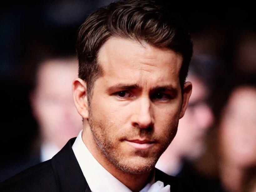 Estuvo comprometido con la cantante Alanis Morisette y casado con Scarlett Johansson tres años