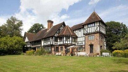 La casa valuada en 7 millones de euros cuenta con 10 habitaciones, un muelle, alberca, pista de tenis, y casa para huéspedes.