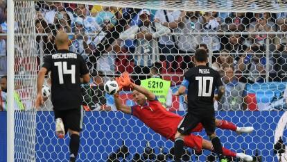 Con la marca encima todo el tiempo, atrapado constantemente entre islandeses y con un penal fallado al minuto 63, así fue el primer juego de Messi ante Islandia en el Mundial Rusia 2018.