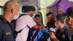 Ronaldinho firma autógrafos al salir de prisión