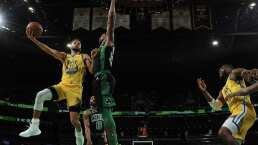 Juan Toscano asusta con golpe en la cabeza en el Warrios-Celtics