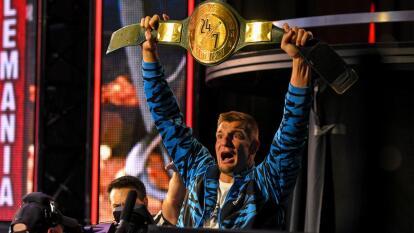 Gronkowski, a un año de su retiro del futbol americano, vuelve a quedar campeón, pero esta vez como luchador de la WWE, con un salto desde las alturas, apuntalando a Mojo Rawley para llevarse el cinturón 24/7.