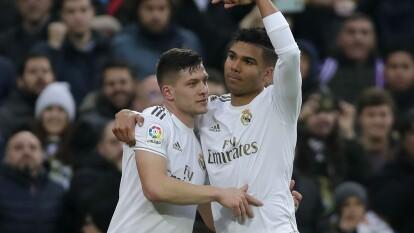 Los merengues llegan a 43 puntos tras 20 jornadas y son líderes de La Liga. Sevilla se mantiene en zona de Champions League con 35 unidades. Casemiro abrió el marcador al 57'. De Jong (64') emparejó los cartones y nuevamente Casemiro marcó al 69' para el 2-1 final.