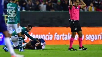 Eugenio Pizzuto tuvo un desafortunado debut en la Primera División de la Liga MX luego de sufrir una fractura en el tobillo de su pierna derecha tras una barrida donde su pie se atoró con el pasto y le propició esta grave lesión.