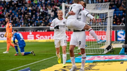 Se enfrentaron dentro de la J18 de la Bundesliga; el marcador fue 2-1 a favor de los visitantes. Dost (18') abrió el marcador para Frankfurt, Stafylidis (48') emparejó el encuentro y Chandler (62') anotó el gol de la victoria.