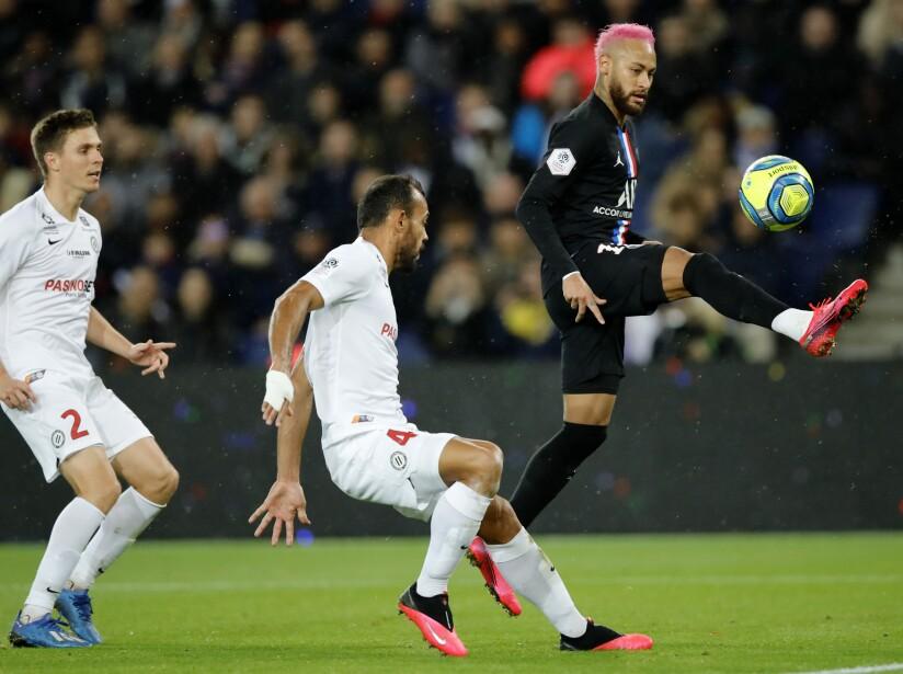 Neymar, Vitorino Hilton, center, Arnaud Souquet