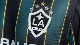 Chicharito y Jona dos Santos modelan playera retro de LA Galaxy