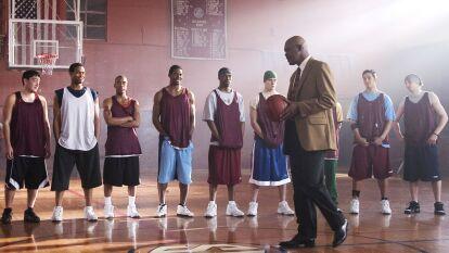 Una historia basada en hechos reales que narra la historia del entrenador Ken Carter, protagonizado por Samuel L. Jackson, y su regreso a su ciudad natal 20 años después, como entrenador de basquetbol.