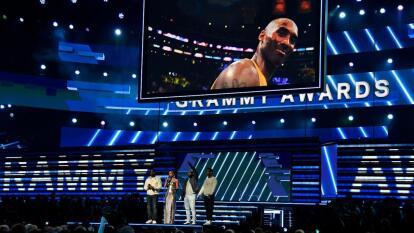 La trágica muerte del retirado jugador estrella de la NBA, Kobe Bryant, ocurrida en la mañana de este domingo, 26 de enero, en California, vistió de tristeza la entrega 62 de los premios GRAMMY.