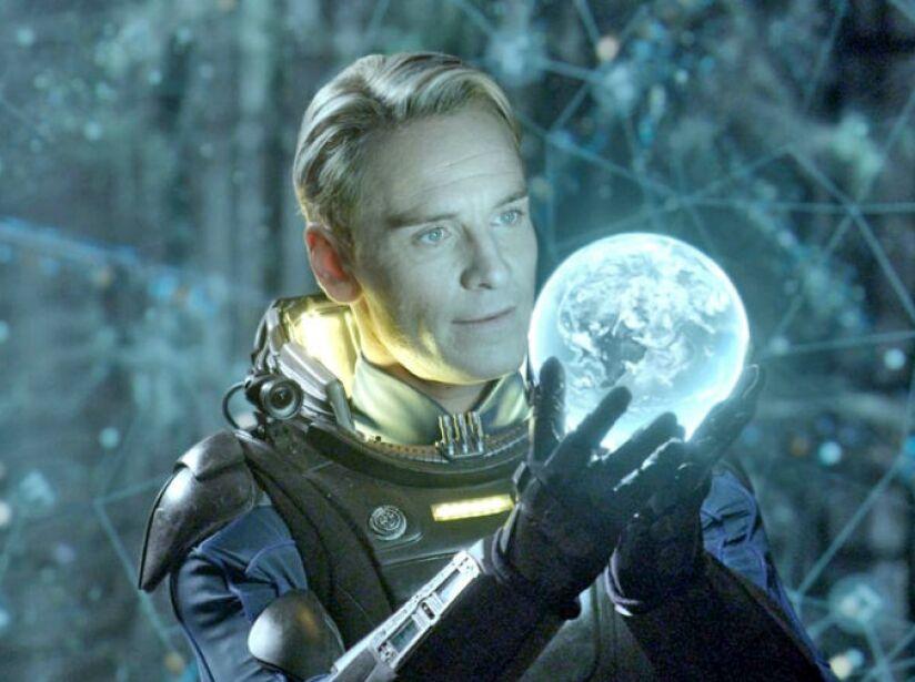Es tan guapo que ni de rubio desentona como lo vimos en Prometheus (2012), de Ridley Scott.