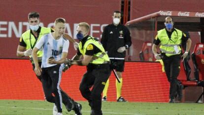 El francés de 17 años lo planeó todo desde que se confirmó el partido para tomarse una foto con Lionel Messi pero no pudo, fue detenido y ha sido multado.