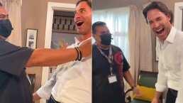 Sebastián Rulli se puso de 'coqueto' con la gente del staff