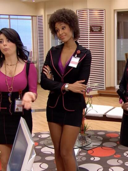 Jessica Reyes es una encantadora secretaría que por sus encantos despierta pasiones entre los empleados. Su lugar en Avon, es atender los requerimientos  del Lic. Fernando Rivadeneira.