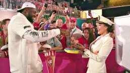 Divertido reto de Gina Holguin a Chiefs y 49ers en el 'Opening Night'